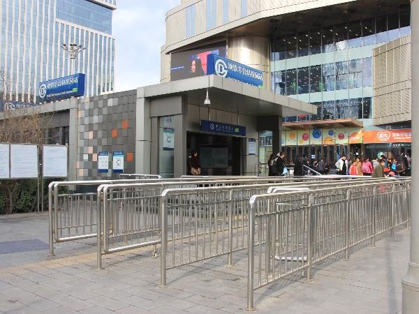 北京地铁站安装喜师傅地铁不锈钢护栏