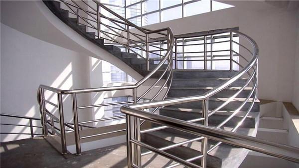 楼梯扶手用不锈钢还是木头好?