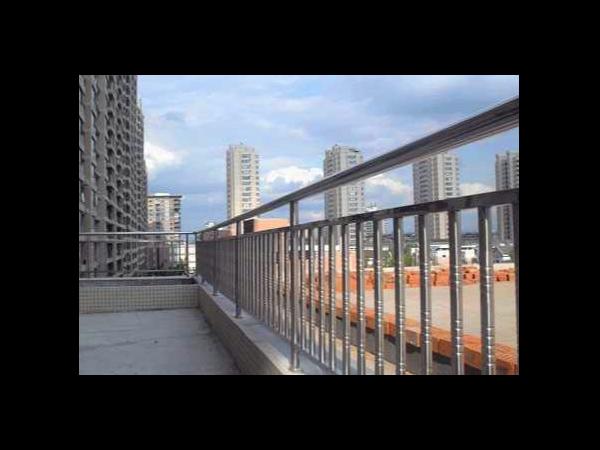 室外不锈钢护栏该选什么材质的?