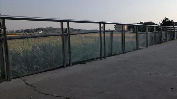 不锈钢护栏安装完成