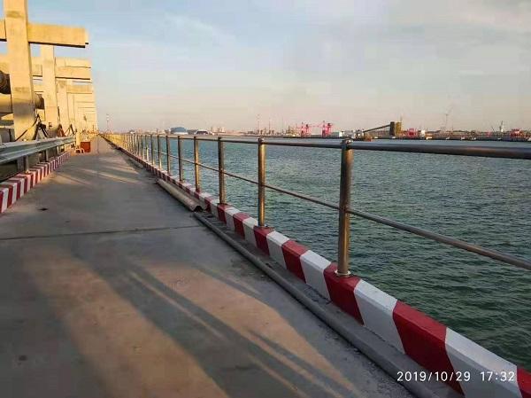 喜师傅不锈钢护栏工程案例:深水港厂区码头护栏