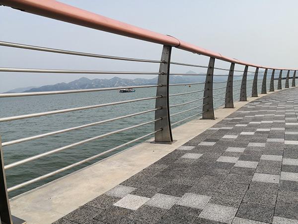 选择桥梁护栏要注意些什么