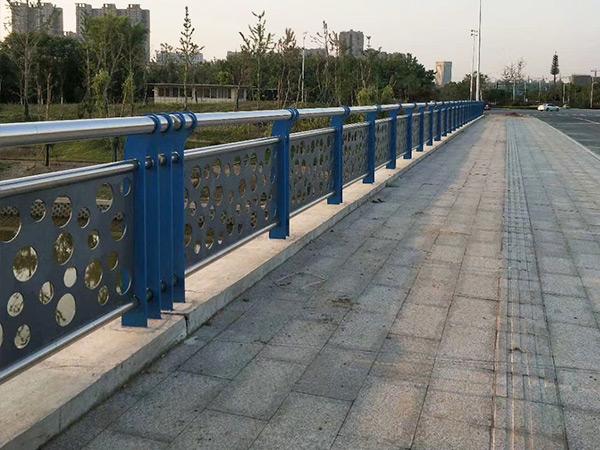 喜师傅讲述市政道路不锈钢护栏的特色及用途