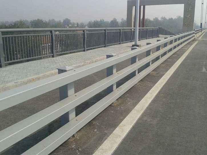 高速公路不锈钢护栏可不止有这一点用