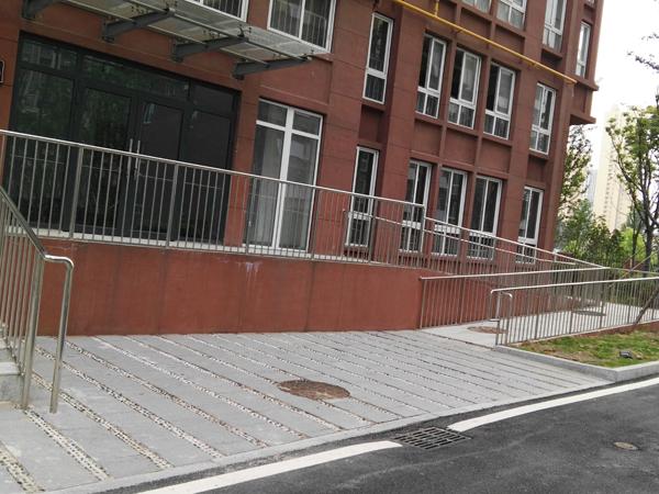 小区路边不锈钢防护栏
