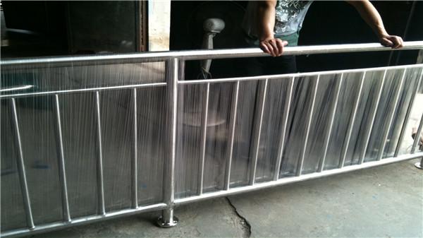 道路不锈钢防护栏生锈开裂谁造成的?
